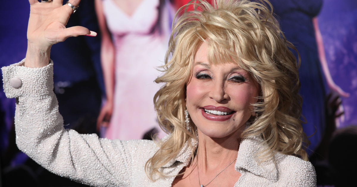 """""""A Dose of Her Own Medicine,"""" Dolly Parton Receives COVID-19 Vaccine {WATCH}"""