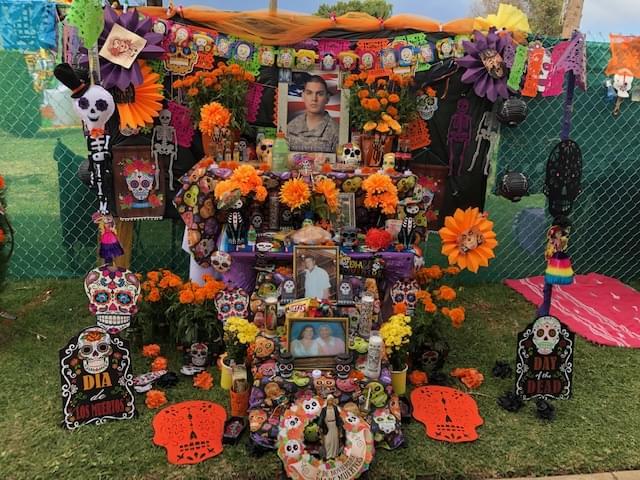 Celebrando el Día de los Muertos en Calvary Cemetary