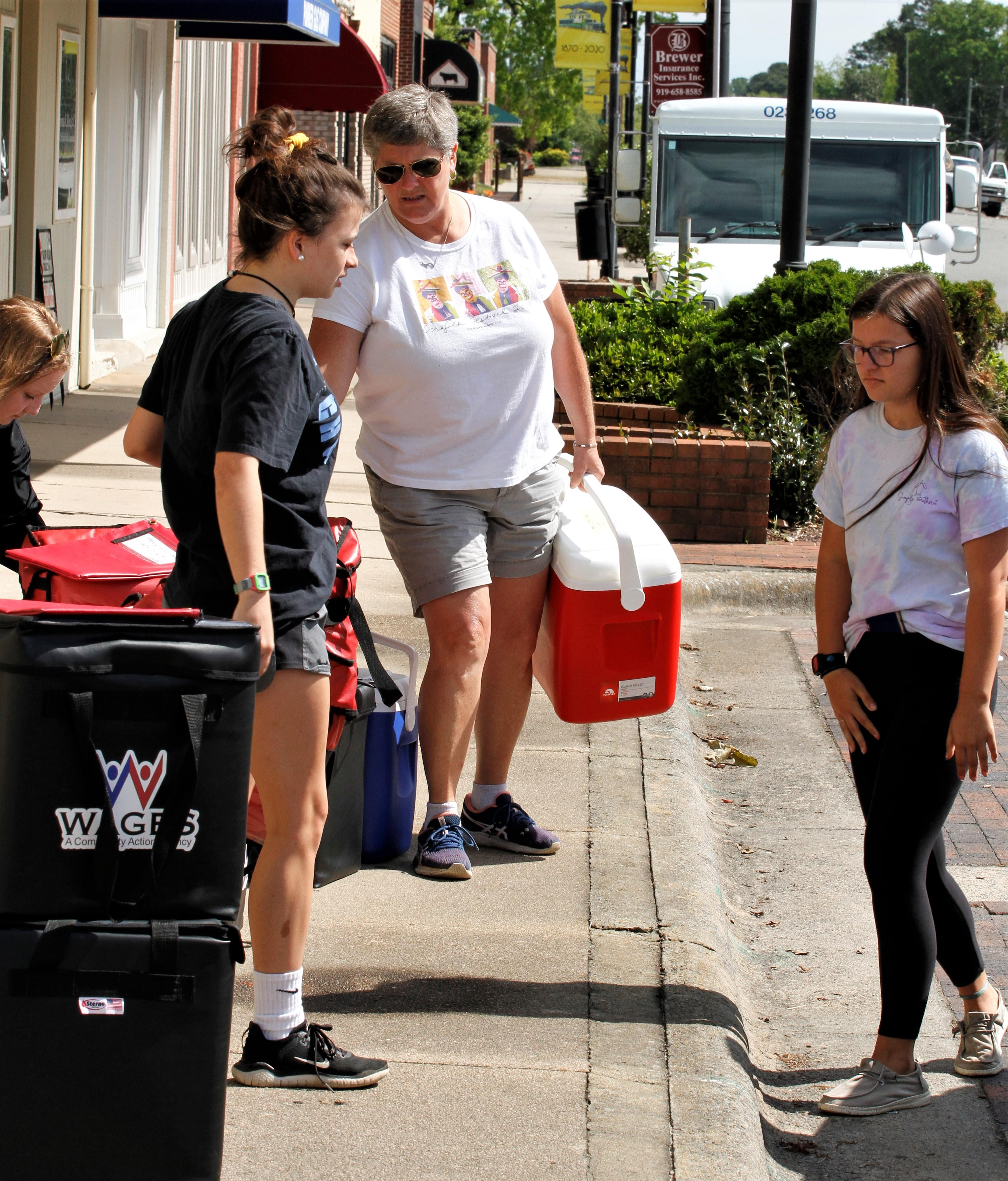 Mt. Olive Chamber Helps Deliver Meals (PHOTO GALLERY)