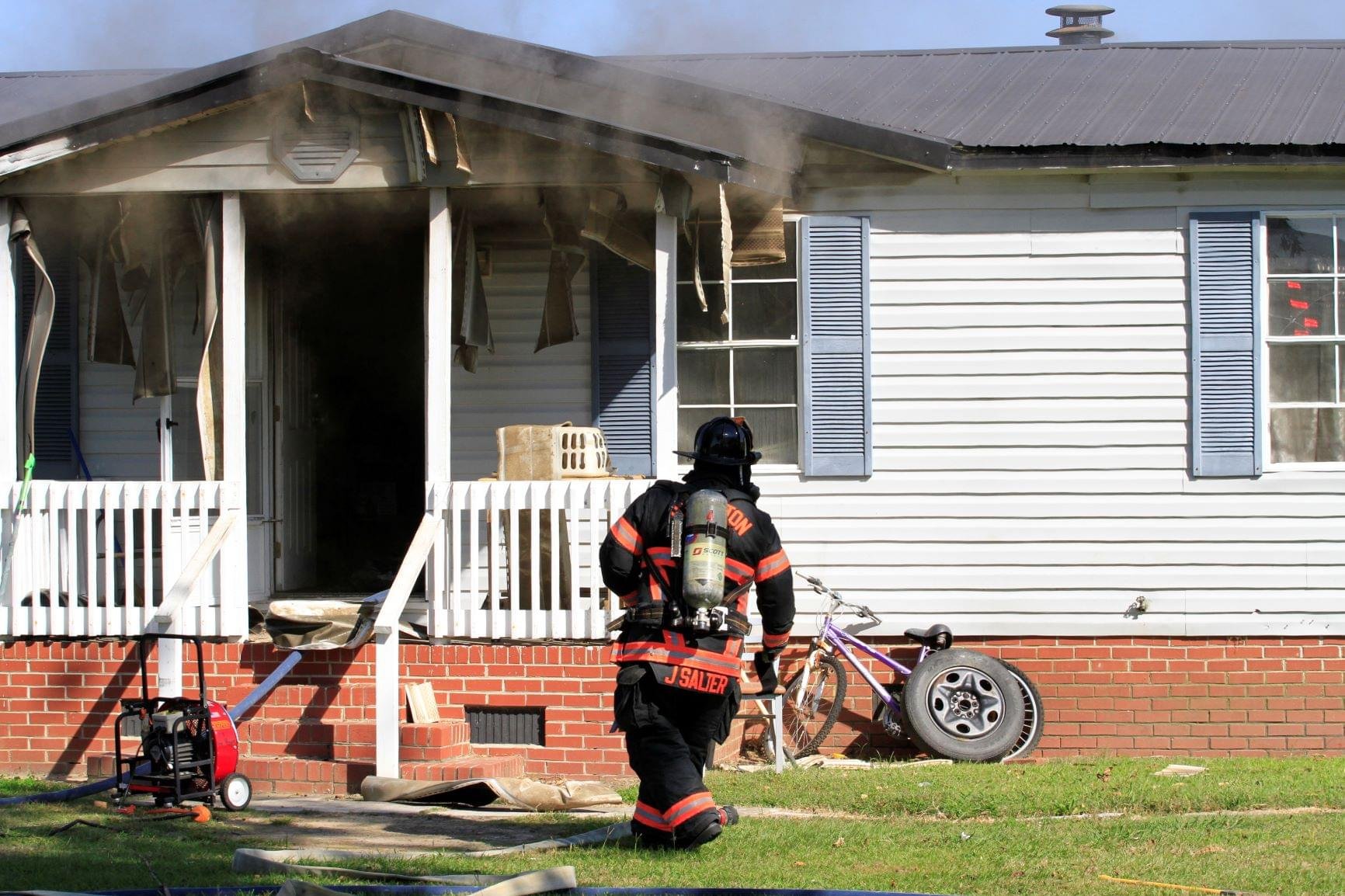 Occupant Escapes Mobile Home Blaze (PHOTO GALLERY)
