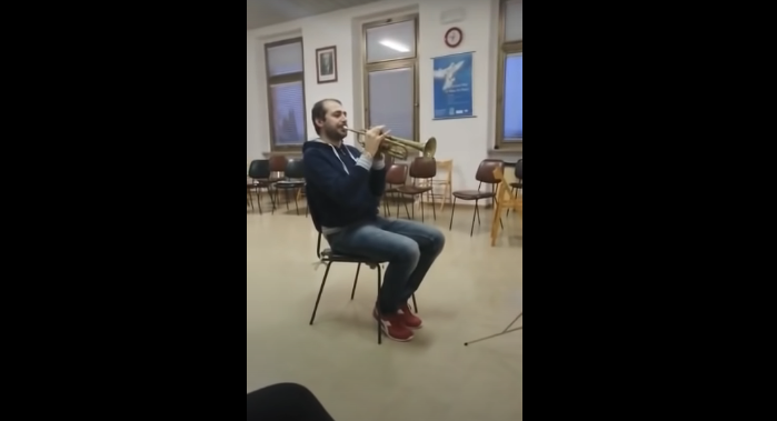 Watch This Musician Use His Chair as an Instrument During Performance of Jurassic Park [VIDEO]