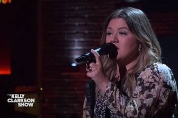 WATCH: Kelly Clarkson Covers Bruno Mars 'Locked Out of Heaven'