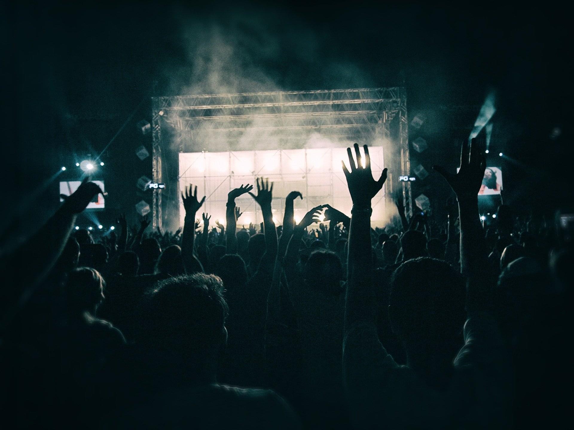 crowd-1056764_1920 (2)