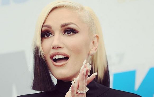 She's wearing a ring, so are Blake Shelton and Gwen Stefani engaged?