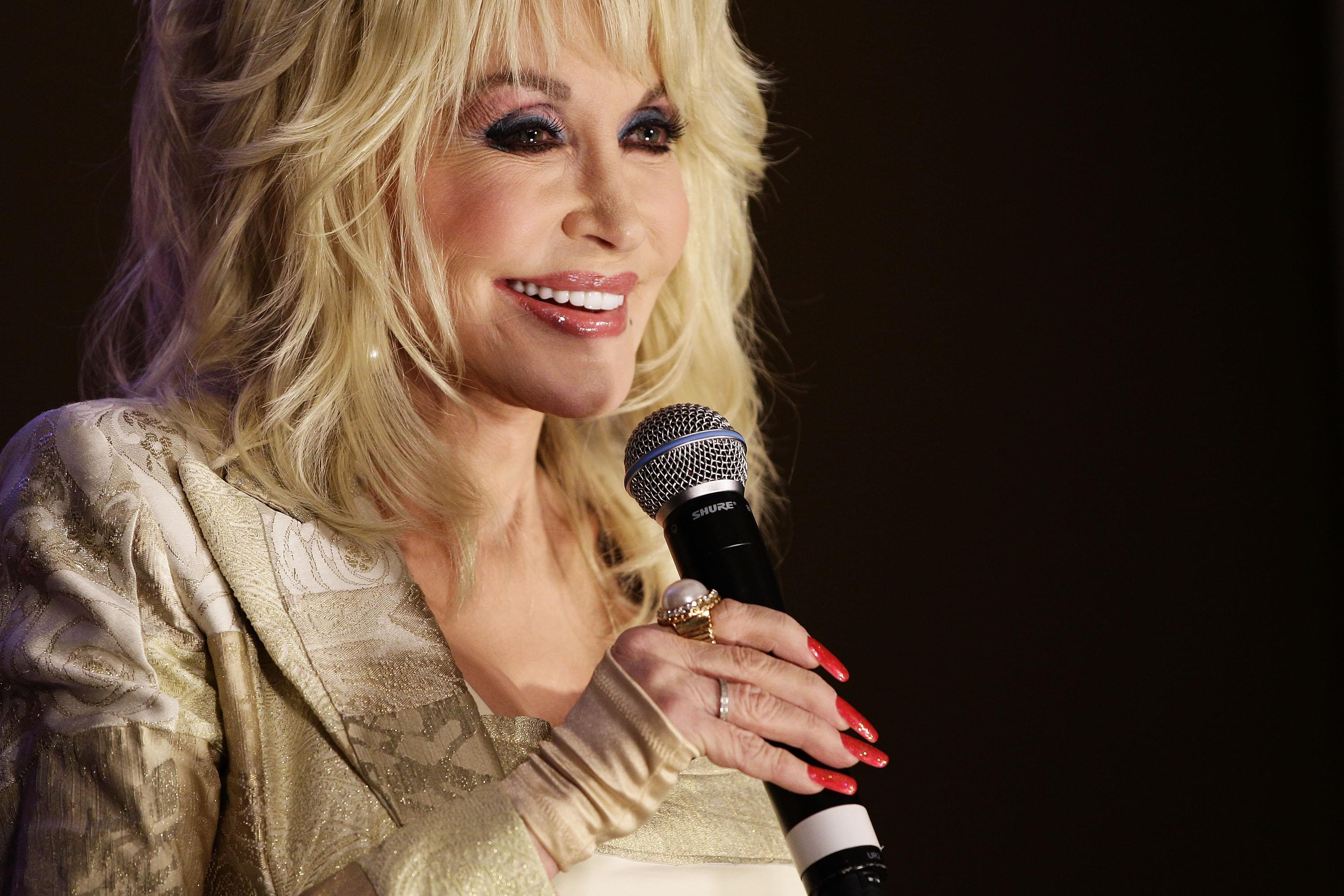 "Dolly Parton Says She'll Be A Guest Star On ""Grace And Frankie"""