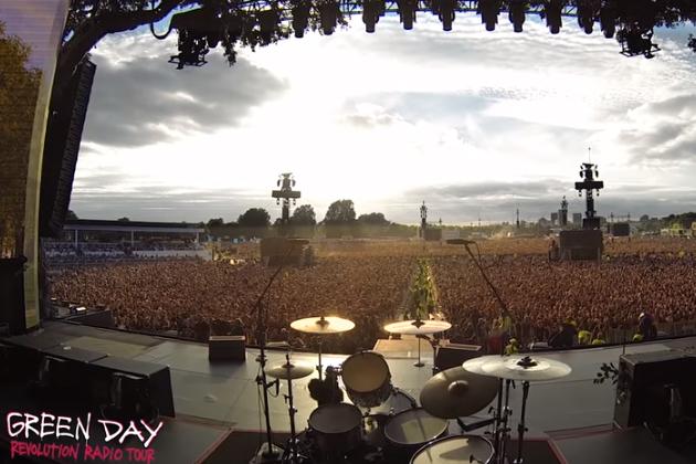 65,000 Green Day Fans Sing 'Bohemian Rhapsody' In Unison In London!