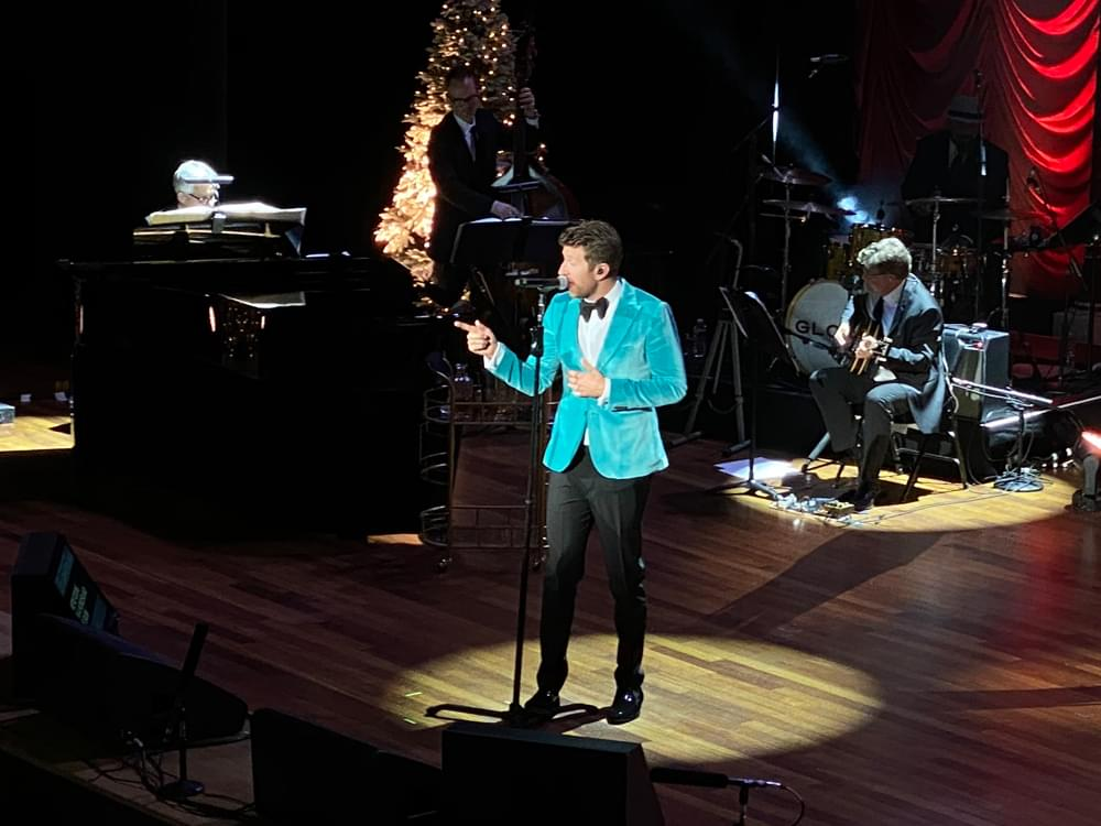 """Watch Brett Eldredge Close Christmas Concert at the Ryman With A Capella """"The First Noel"""""""
