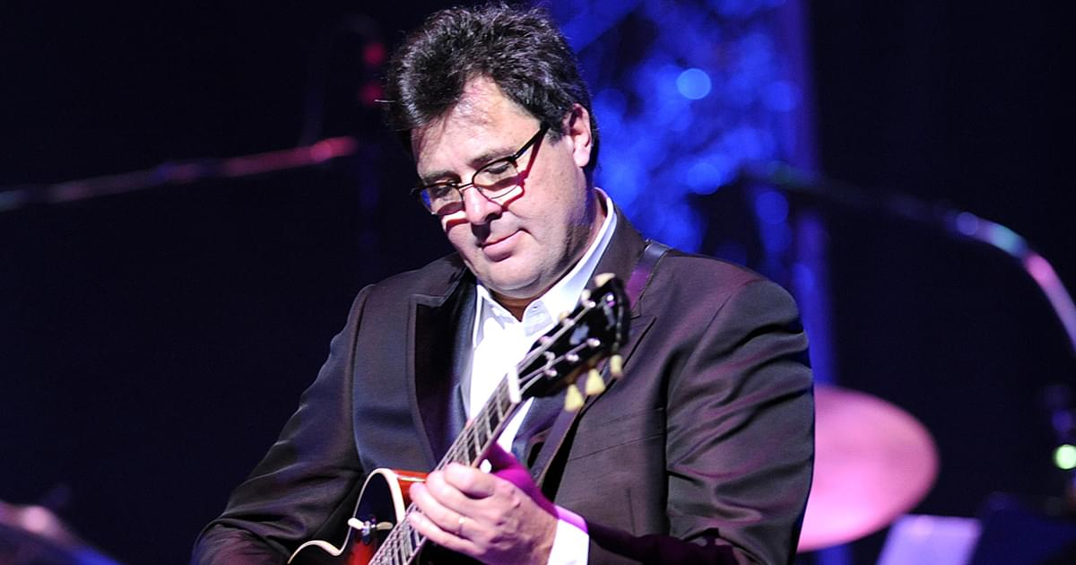 """Watch Vince Gill Honor Mac Davis With Beautiful Rendition of """"In the Ghetto"""" at the Opry"""