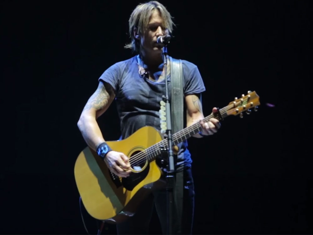 "Watch Keith Urban's Stirring Rendition of ""Hallelujah"" in Honor of Leonard Cohen"