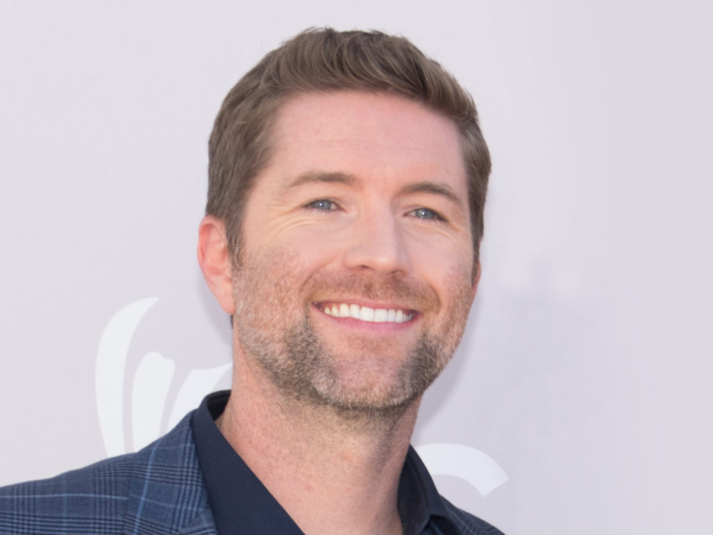 "Josh Turner Reaches the Top of the Singles Chart for the First Time in Six Years With ""Hometown Girl"""
