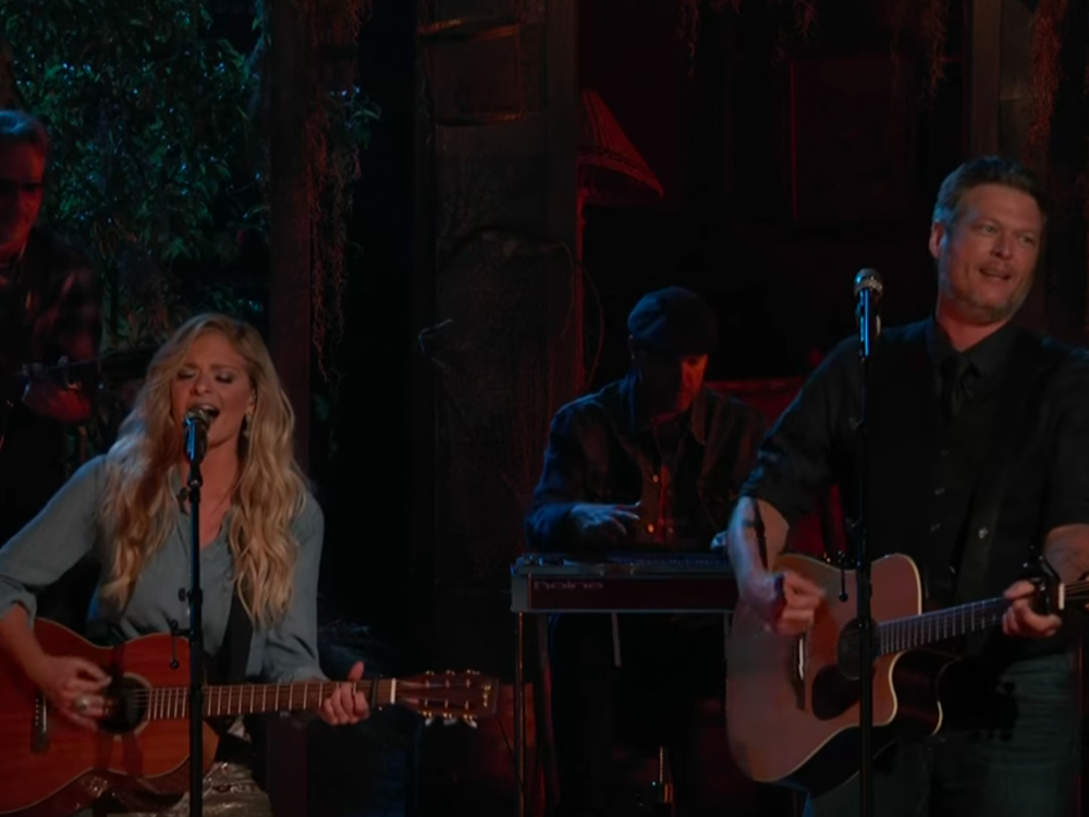 "Watch Blake Shelton Duet ""There's a Tear in My Beer "" & ""Dancing in the Street"" With ""The Voice"" Team Members"