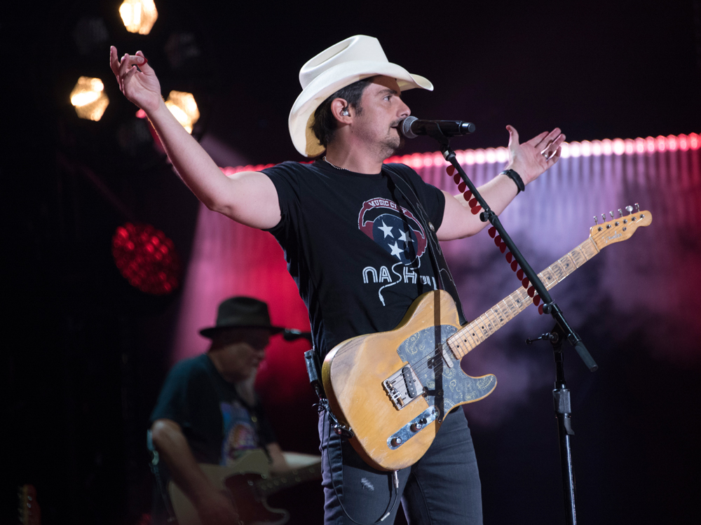 "Brad Paisley Extends ""Weekend Warrior Tour"" Into 2018 With Dustin Lynch, Lindsay Ell & Chase Bryant"