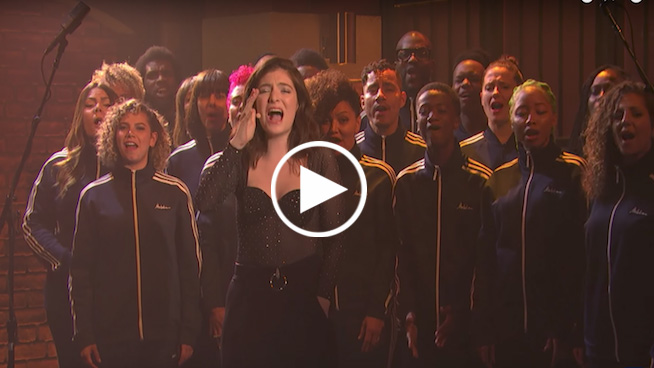 Lorde performs 'Perfect Places' with choir on 'Seth Meyers'