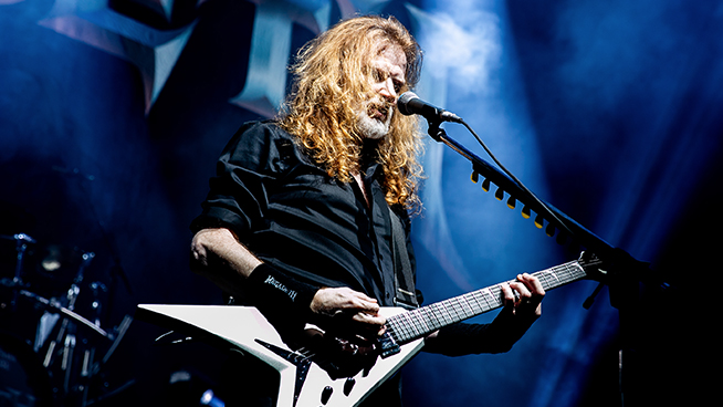 Dave Mustaine Reads Metallica Book on the Toilet
