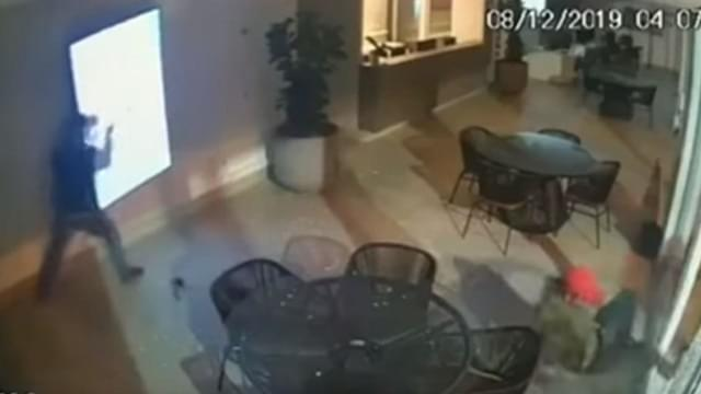 Thieves Hilariously Fail at Smash and Grab
