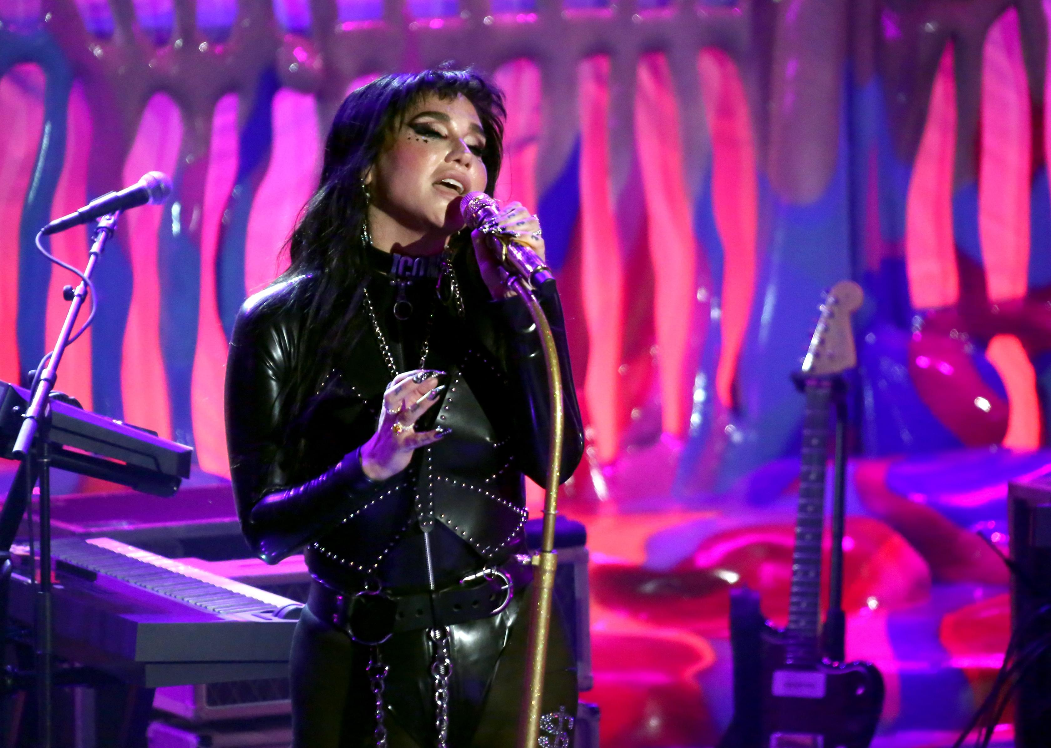 Kesha Gives Trippy Performance Of 'Resentment' on The Late Late Show with James Corden | Q-Daily