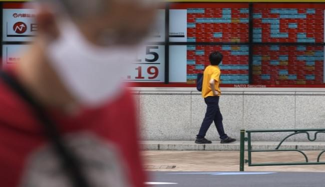World Stocks Mostly Dip With US Closed For Holiday