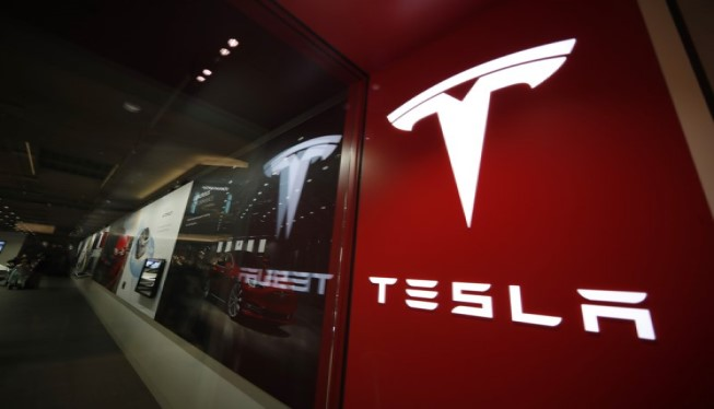 2 US agencies send teams to probe Tesla crash with no driver