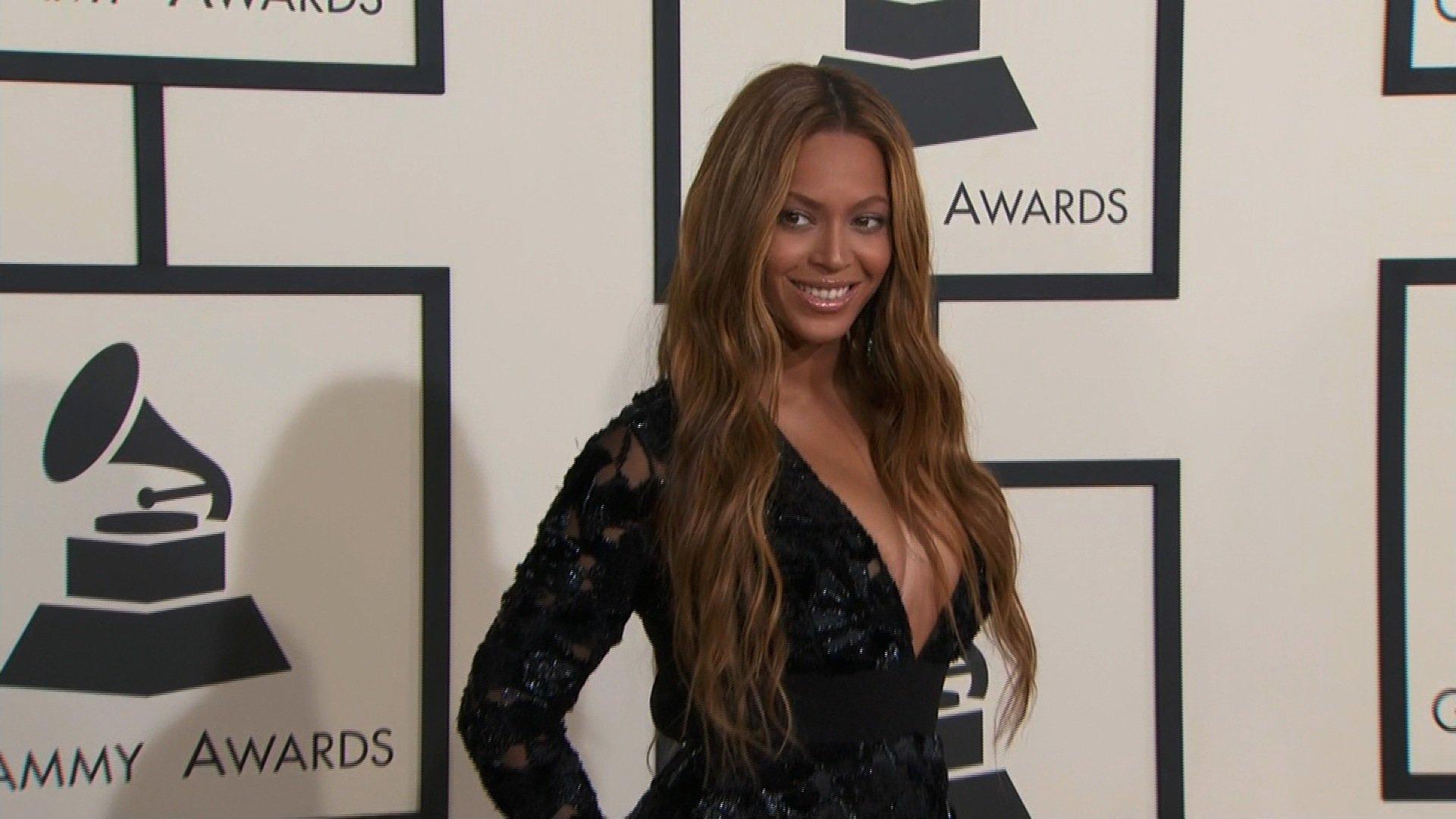 Jay-Z Manhandles A Beyonce Fan!
