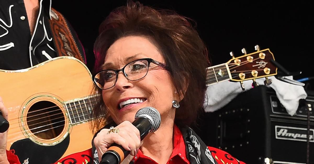 Loretta Lynn Disagrees With Garth Brooks' Effort to Withdraw From CMA Entertainer of the Year Nomination