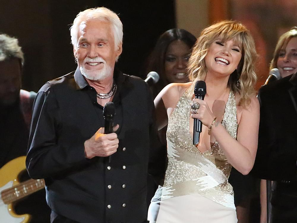 "Watch Jennifer Nettles Honor Kenny Rogers by Singing ""Don't Fall in Love With a Dreamer"" on CMT TV Special"