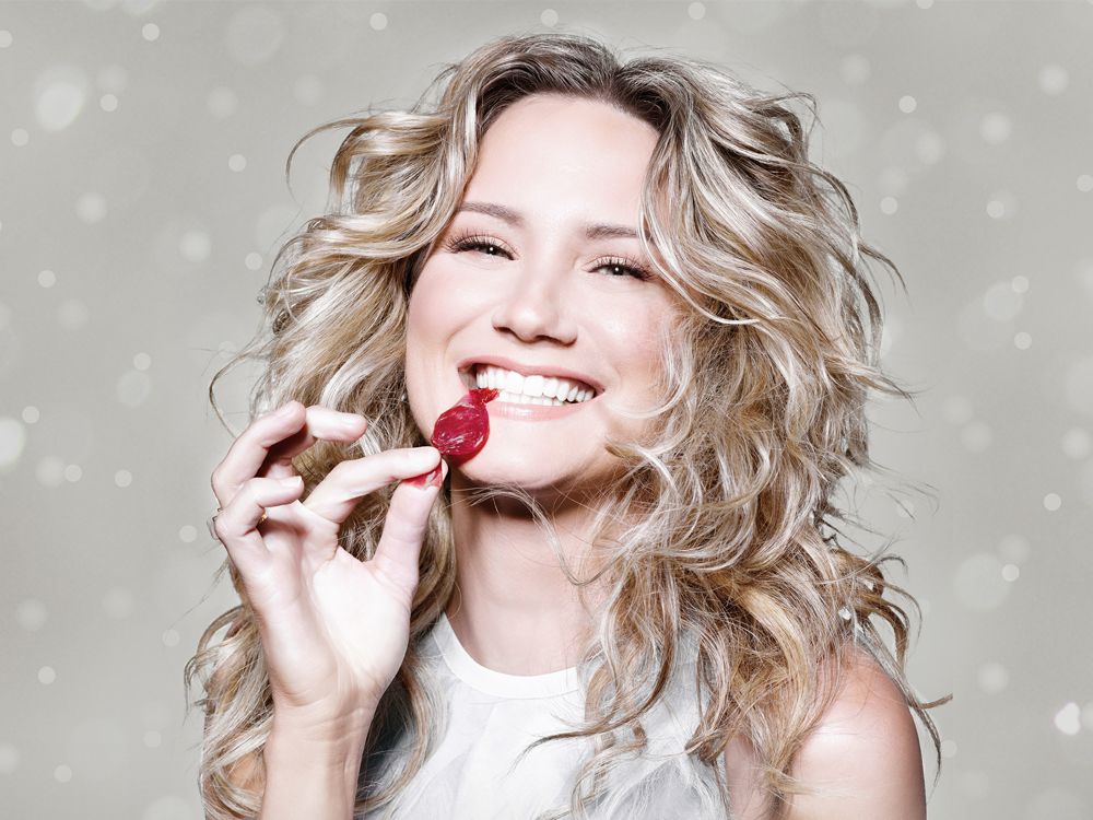 "Jennifer Nettles Announces Track List to New 10-Song Holiday Album, ""To Celebrate Christmas"""