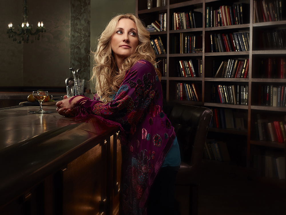 """[Listen] Lee Ann Womack Takes On """"Oh Come, All Ye Faithful"""" –  Just Her and A Guitar"""