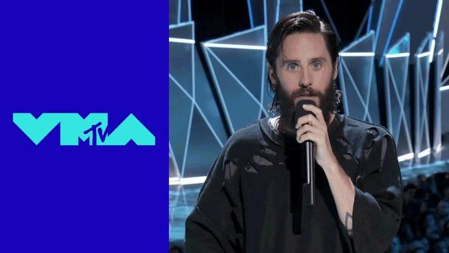 Jared Leto pays tribute to Chester Bennington at MTV VMAs