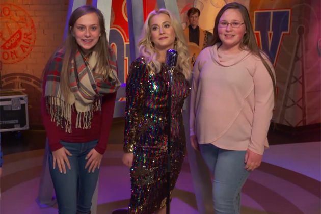 Kellie Pickler Pranks Fans at Madame Tussauds [VIDEO]