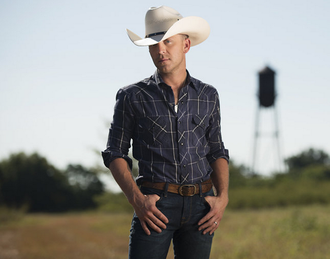 "Justin Moore Says He's ""Too Fragile"" for Social Media"