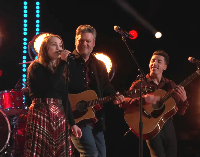(L-R) Kat Hammock, Blake Shelton and Ricky Duran performing on 'The Voice'