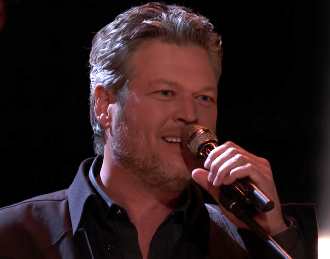 Blake Shelton singing on 'The Voice Season 17'
