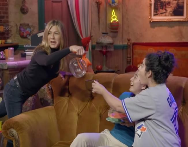 "Jennifer Aniston Surprises ""Friends"" Fans On Central Perk Set [VIDEO]"