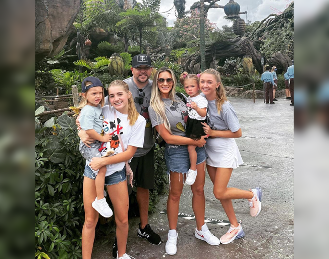 Jason Aldean Takes Family Photo At Disney World, Smacks Down Mask-Shaming Commenter