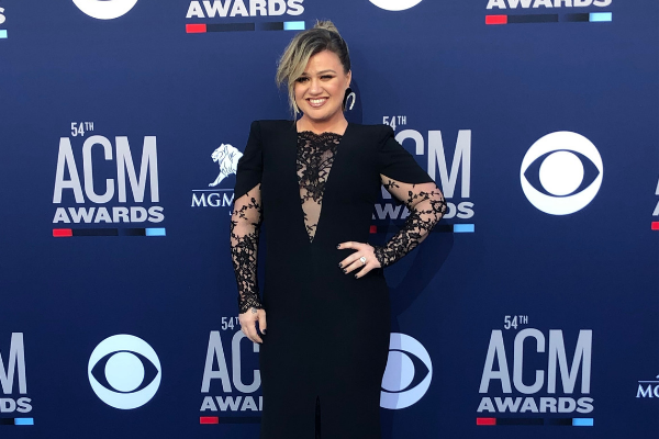 ACM Staffer Mistakes Kelly Clarkson For Seat Filler And Asks Her To Move