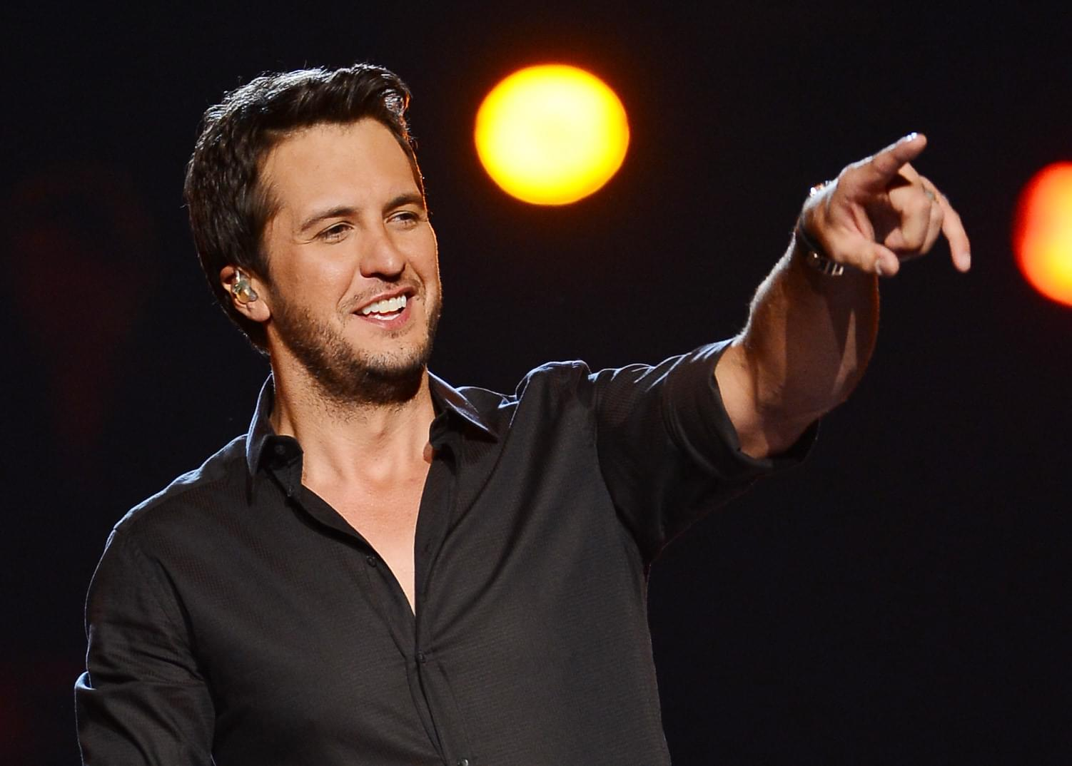 Luke Bryan Goes Swimming With Pigs And Dances Shirtless [WATCH]