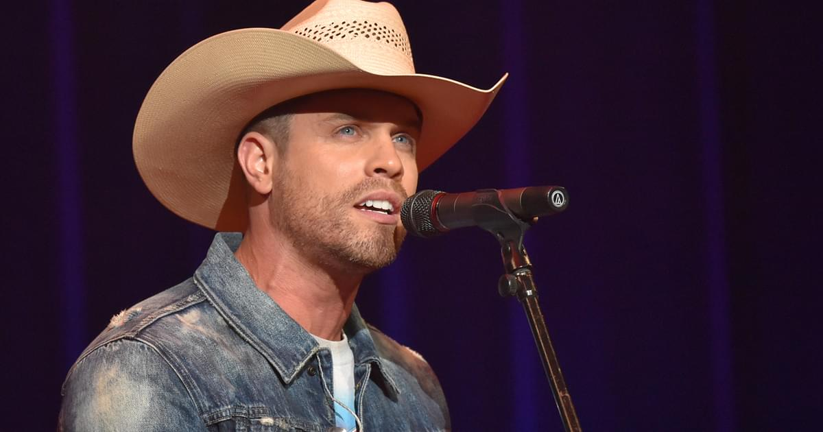 """Dustin Lynch Goes Acoustic in New """"Momma's House"""" Performance Video [Watch]"""