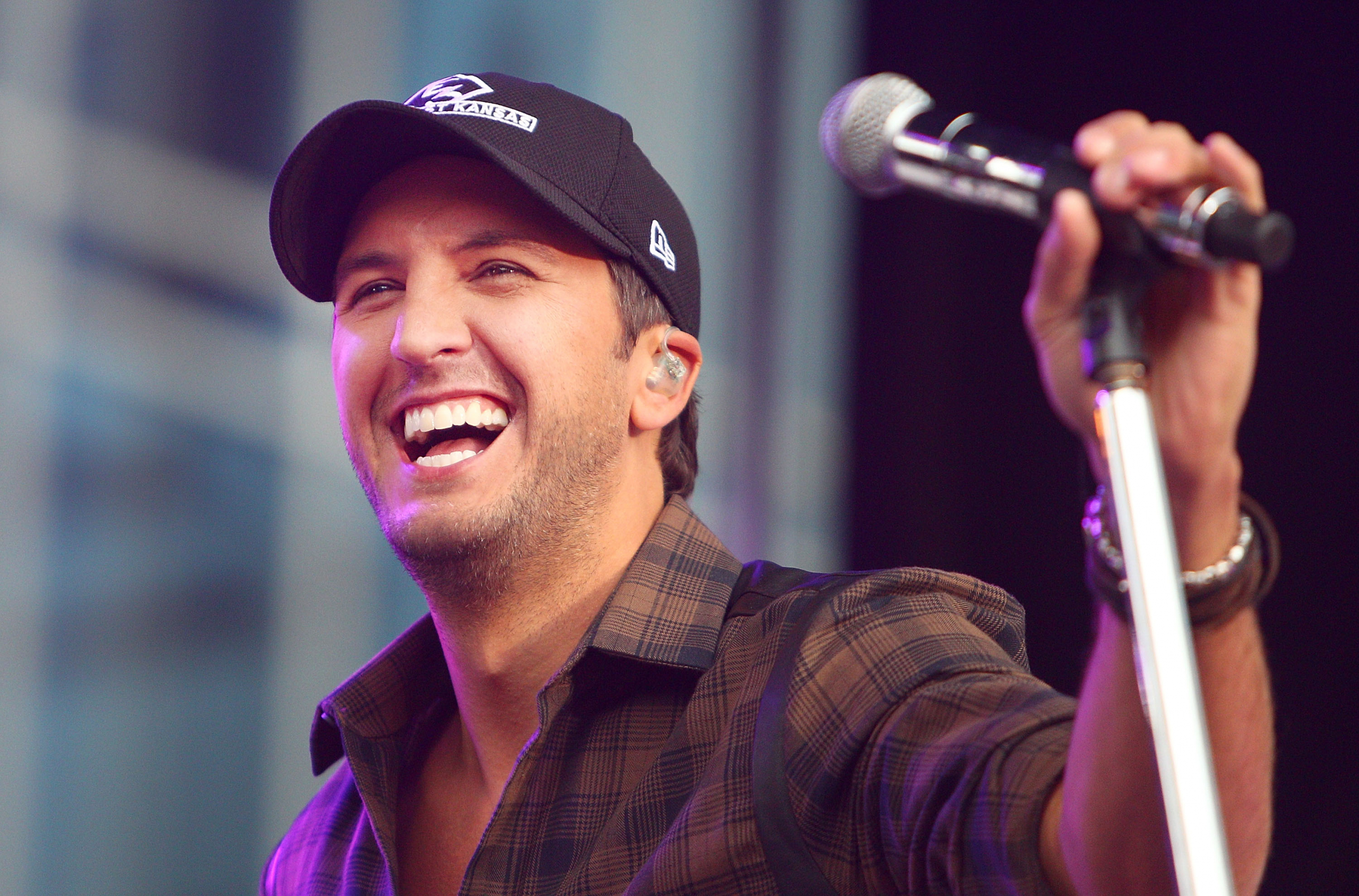 Mom Shocked When Luke Bryan Pulled Over To Change Her Tire [WATCH]