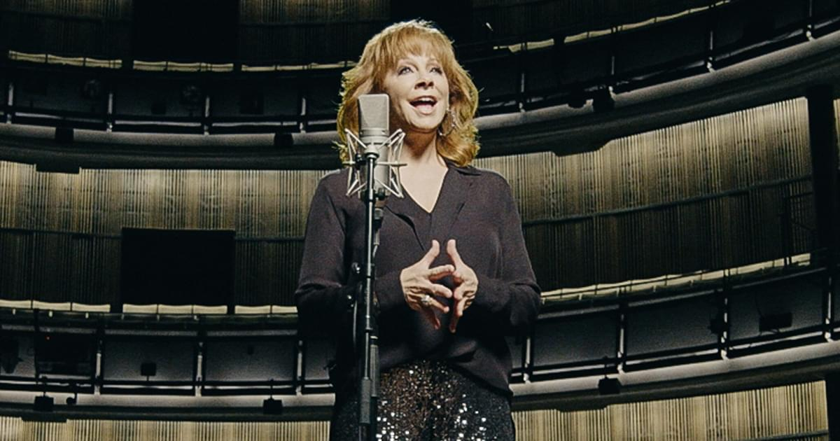 """Watch Reba McEntire Honor Hero Patsy Cline With A Cappella """"Sweet Dreams"""" at the Country Music Hall of Fame"""