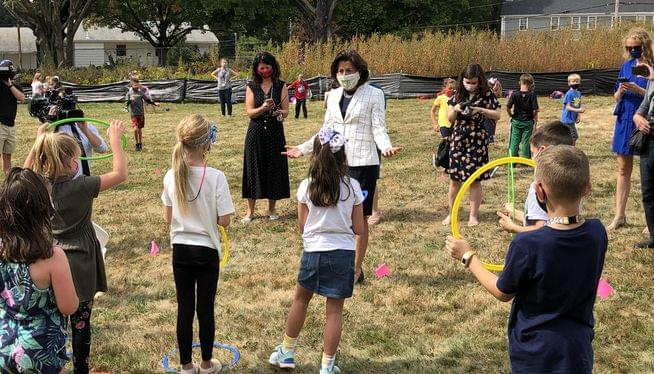 Governor tours outdoor classes at Smithfield school