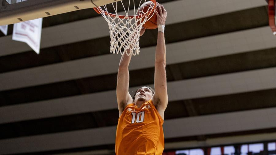 Vols lose late lead, fall at South Carolina, 63-61, now 6-6 SEC