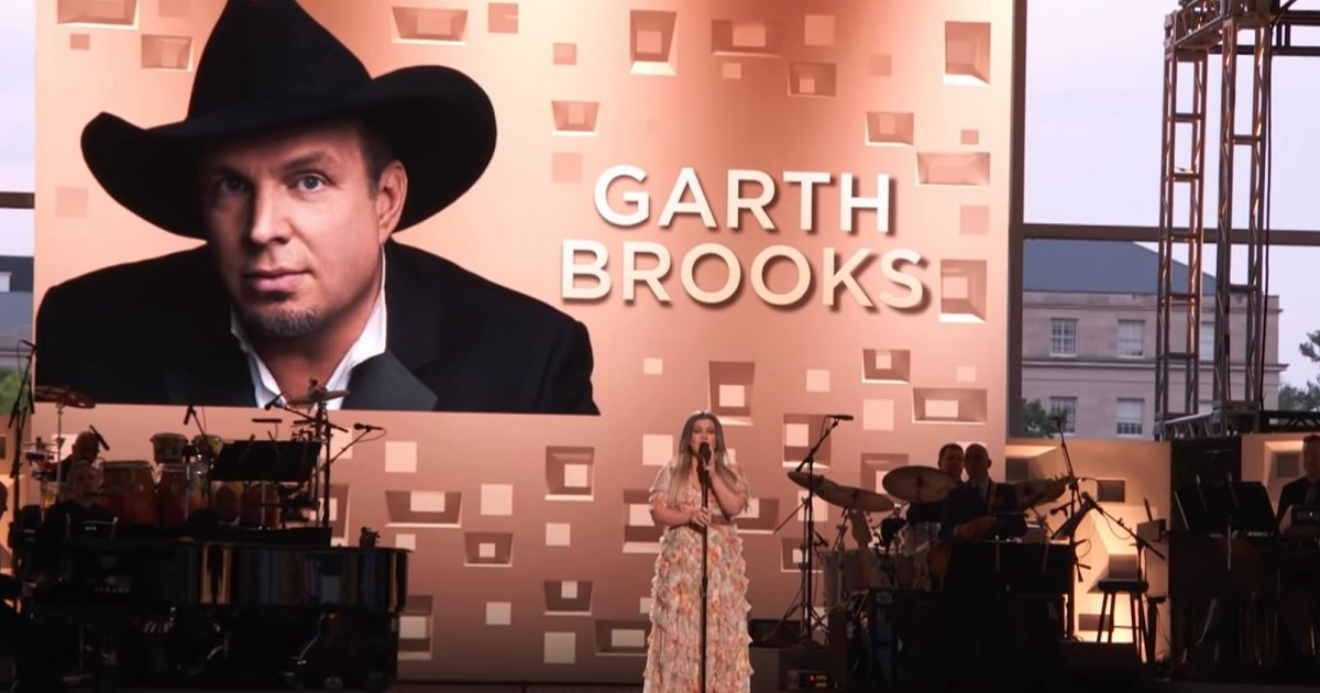 """Kelly Clarkson Honors Garth Brooks with """"The Dance"""""""