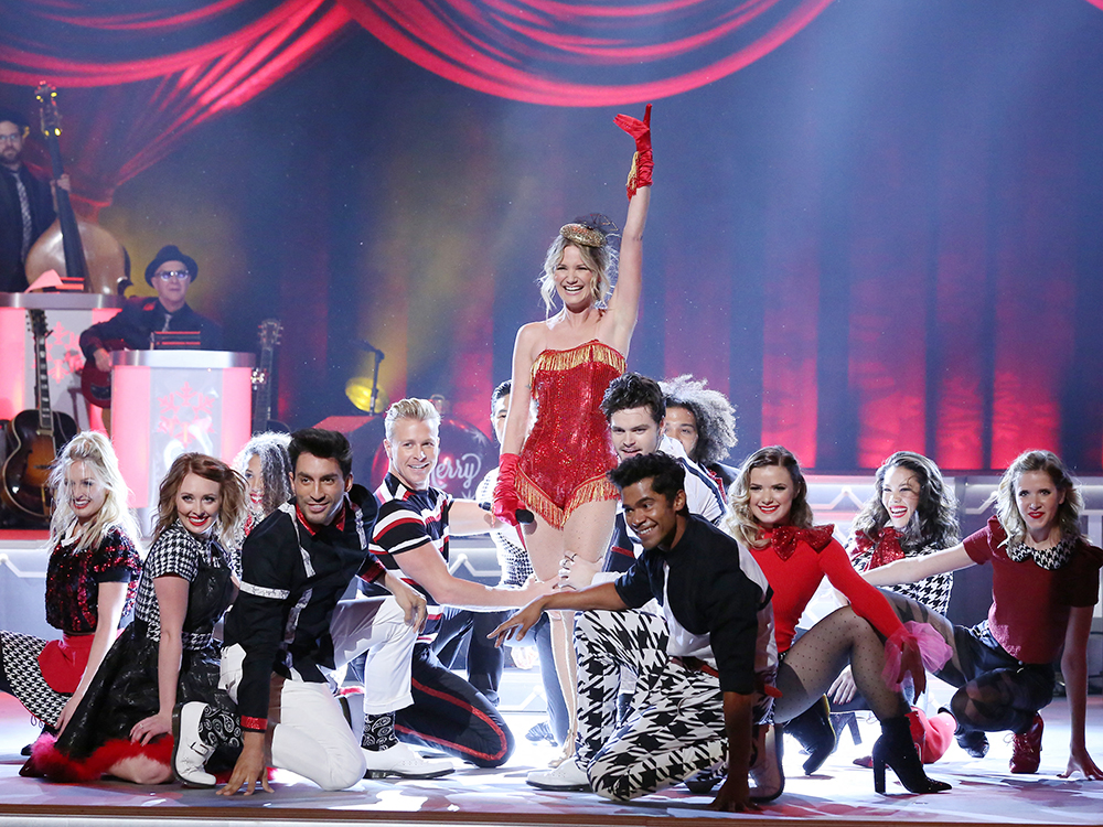"Jennifer Nettles, Brett Eldredge, Kelsea Ballerini, Trisha Yearwood and More Celebrate a ""CMA Country Christmas"" [Photo Gallery]"