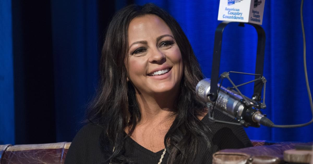 "Sara Evans Plans Virtual Book Tour in Support of New Memoir, ""Born to Fly"""