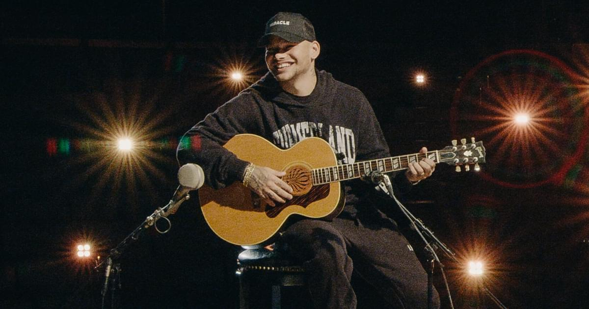 """Watch Kane Brown Honor Randy Travis by Singing """"Three Wooden Crosses"""" at the Hall of Fame"""