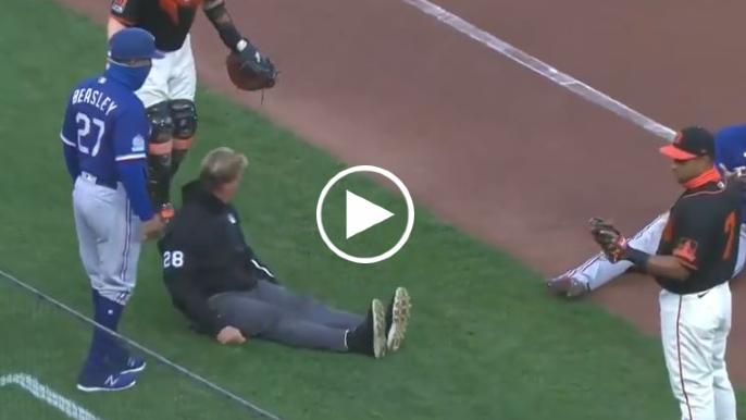 Giants catcher accidentally trucks ump during rundown