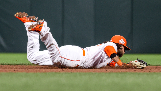 Brandon Crawford's glove and arm save Giants in particularly entertaining win