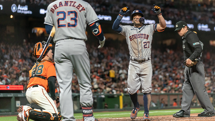 Altuvé brushes off boos, slugs Astros past Giants