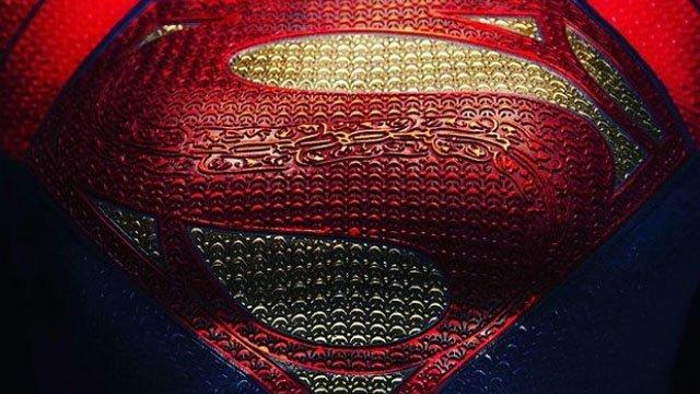 'The Flash' Director Andy Muschietti shows Supergirl's Costume