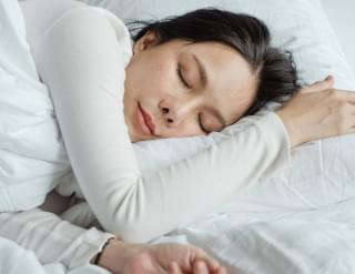 8 Tricks Sleep Experts Use When 2020 Anxiety Keeps Them Awake